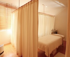 カーテンで区切ったベッドルーム