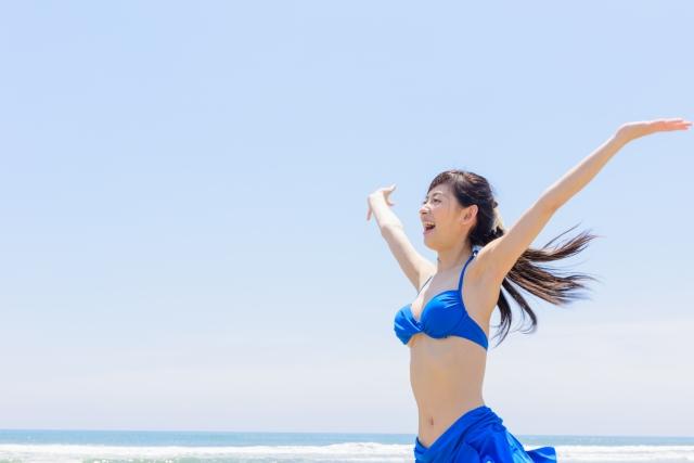 ビーチで遊ぶ女性7