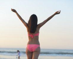 水着を着てビーチに立つ外国人女性の後ろ姿10