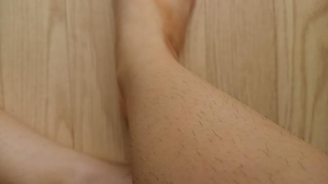 むだ毛処理をしていない女性の足