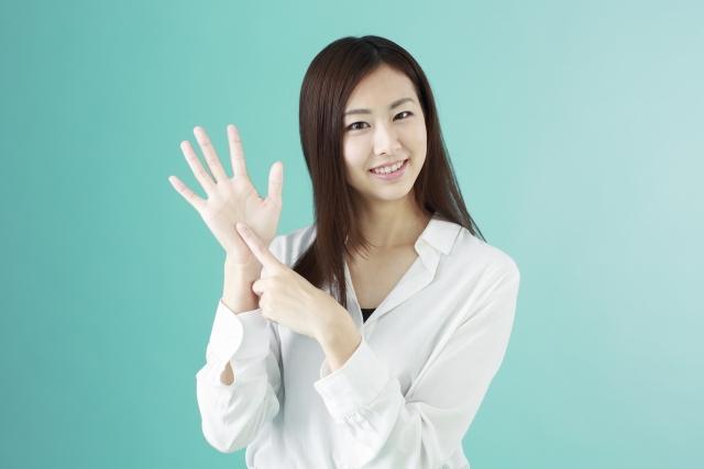手で数字を作る女性6