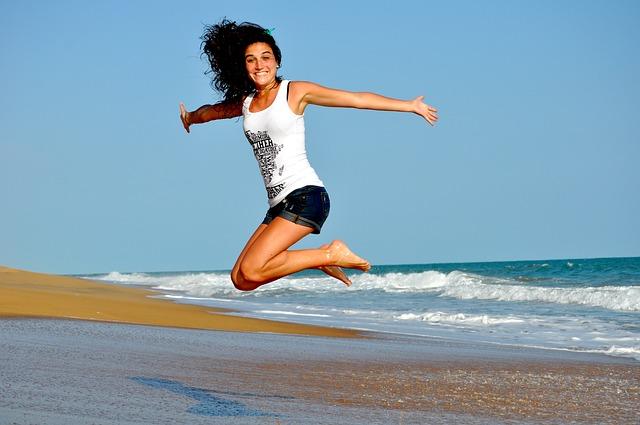 海辺ではしゃぐ女性