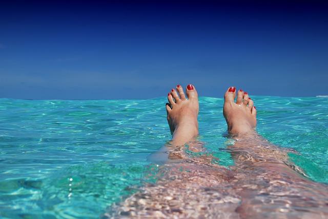 海に浮かぶ女性の足